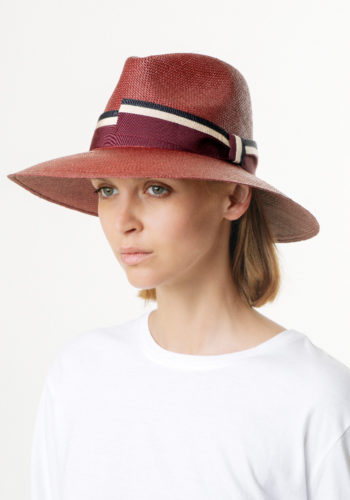 Rachel Cappello Panama Drop Bordeaux Doria 1905 indossato